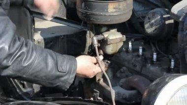 Att reparera en gammal motor. bil service — Stockvideo