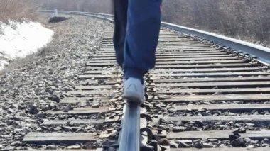 Demiryolu üzerinde yürüyen adam — Stok video