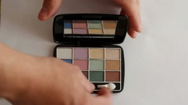 Beautiful eye shadow with a mirror — Stock Video