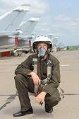 Askeri pilot uçak yakınındaki bir kask içinde — Stok fotoğraf