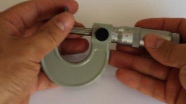 Mikrometre araç, kalınlığını ölçmek — Stok video