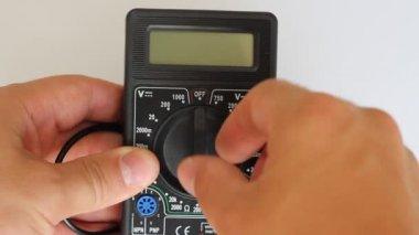 Multímetro digital de medidas hombre — Vídeo de stock