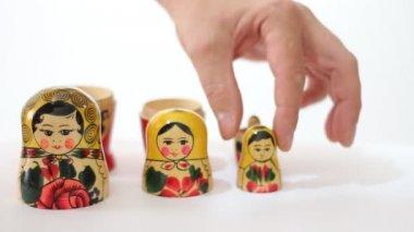 Matryoshka dolls from the inside taken out one hundred dollar bill — Stock Video
