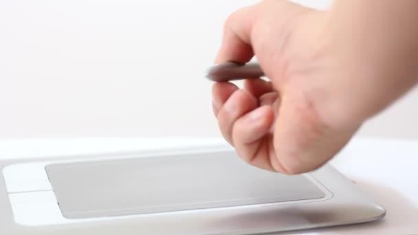 Hombre dibuja una pluma en la tableta — Vídeo de stock