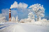 Día de invierno y la contaminación industrial del aire — Foto de Stock