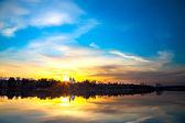 Krajobraz wiosna wschód słońca nad wodą — Zdjęcie stockowe