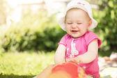 Petite fille jouant dans le jardin — Photo