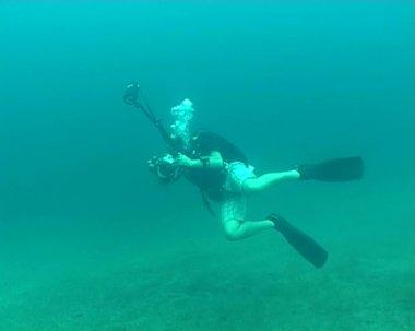 Diving underwater PHOTOGRAPHER video LANDSCAPE — Stock Video