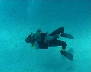 Underwater diving video diver bubbles — Stock Video