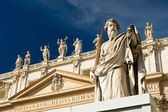 Statue Apostle Paul in front of the Basilica of St. Peter, Vatic — Stock Photo