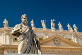 Statue Apostle in front of the Basilica of St. Peter, Vatican — Stock Photo