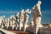 Statues on the roof of St. Peter`s basilica, Vatican — 图库照片