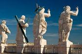 Las estatuas de cristo y los apóstoles en el tejado de san pedro — Foto de Stock