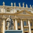 Statue of Apostle Peter in front of the Basilica of St. Peter, V — Stock Photo