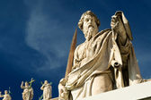 Statue of Apostle Paul in front of the Basilica of St. Peter, Va — Stock Photo