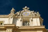 Horloge sur le dessus de la basilique saint-pierre au vatican, rome — Photo