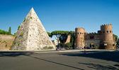 Pyramid of Cestius and the Porta San Paolo, Rome — Stock Photo