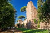 Las antiguas murallas aurelianas en roma, italia — Foto de Stock