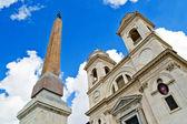 Chiesa di santissima trinita dei monti nella parte superiore della piazza di spagna, roma — Foto Stock