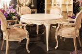 Stół i krzesła w sklep z meblami — Zdjęcie stockowe
