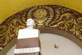 纪念碑列宁和苏联在地铁站的会徽 ko — 图库照片