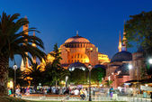 View of the Hagia Sophia at night in Istanbul, Turkey. — Foto de Stock