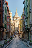 View of old narrow street with the Galata Tower in Istanbul, Turkey — Stock Photo