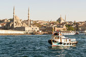 Fishing boat sails on the Golden Horn in Istanbul, Turkey — Stock Photo