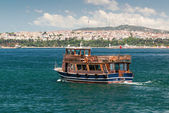 Tourist boat floats along the Bosphorus in Istanbul — Stock Photo