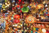 Lanternes turques colorés proposés à la vente au grand bazar à istanbul, turquie — Photo