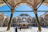 The inner courtyard of the Fatih Mosque (Conqueror's Mosque) in — Стоковое фото