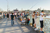 Fishermen and tourists are on the Galata Bridge on may 26, 2013 — Stock Photo