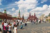 Toeristen een bezoek aan het rode plein in moskou, rusland — Stockfoto