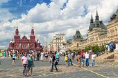 13 temmuz 2013, moskova, rusya üzerinde kızıl meydan gelen turist. — Stok fotoğraf