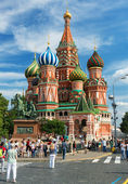 Tourists visiting the St. Basil's Cathedral on july 13, 2013 in Moscow, Russia. — Stock Photo