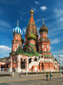 Tourists visiting the St. Basil's Cathedral on july 13, 2013 in Moscow, Russia — Stock Photo
