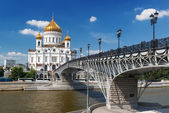 The Cathedral of Christ the Saviour and Patriarshy bridge in Mos — Foto de Stock