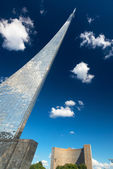 Monument to the Conquerors of Space and Cosmos Hotel in Moscow — Stock Photo