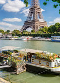 Residential house barge on the Seine near the Eiffel Tower — Stock Photo