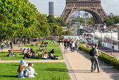Tourists rest near the Eiffel Tower — Stock Photo