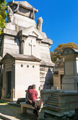 A tourist visits the tomb in the cemetery of Montmartre, Paris — Stock Photo