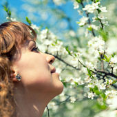 Woman and cherry blossom — Stockfoto