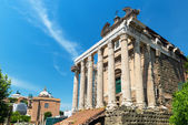 Der tempel des antoninus und der faustina im forum romanum, rom — Stockfoto