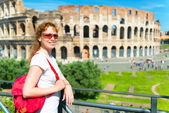 Young female tourist on the background of the Colosseum in Rome — Stock Photo