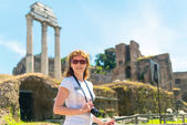 Young female tourist in the Roman Forum in Rome — Foto de Stock