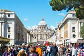 Crowds of tourists walk around the Cathedral of St. Peter in Rom — Stock Photo