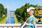 Actress in ancient costume welcomes tourists in Petrodvorets at  — Stock Photo
