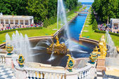 Fountains in Petrodvorets at Peterhof, Saint Petersburg — Stock Photo