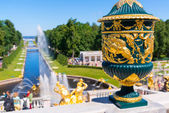 Grand Cascade and Sea Channel in Peterhof Palace, Saint Petersburg — Stock Photo
