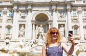 Selfie of a young tourist on the background of the Trevi Fountain, Rome — Stock Photo
